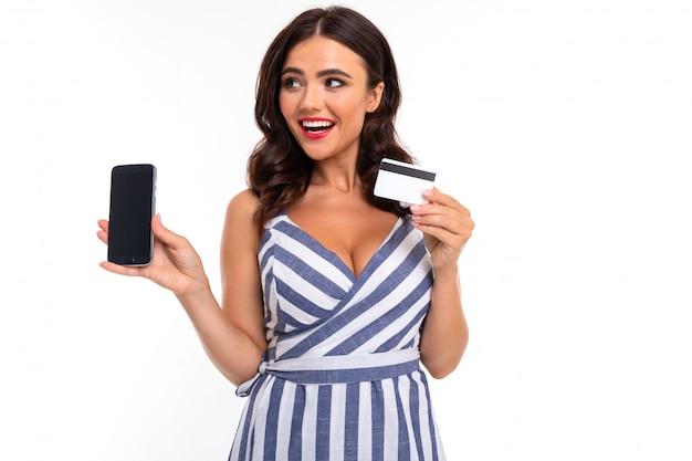 Belle femme de race blanche montre téléphone et carte, photo isolé sur blanc