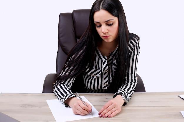 Belle femme de race blanche rêve de quelque chose, assis avec un ordinateur portable net book isolated white