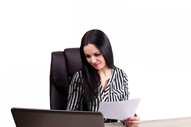 Belle femme de race blanche rêve de quelque chose, assis avec un ordinateur portable net book