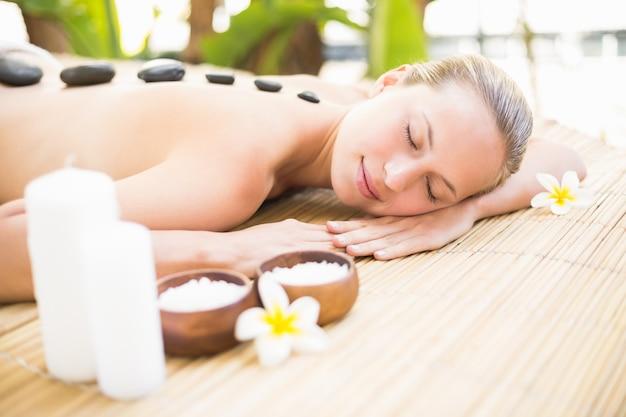 Belle femme recevant un massage aux pierres au centre de spa