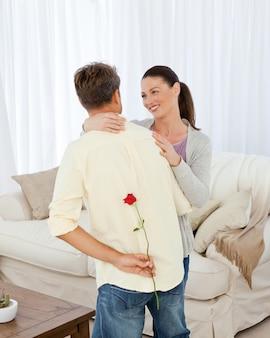 Belle femme recevant une rose de son petit ami