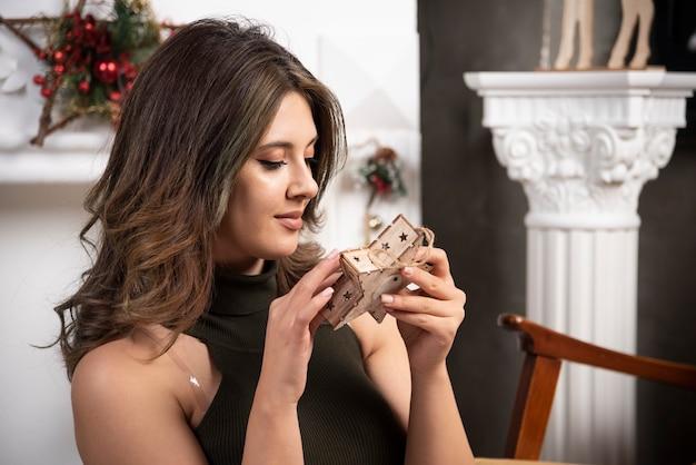Belle femme regardant en bois dans le salon