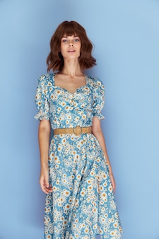 Belle femme regarde devant la coiffure à la mode fond bleu