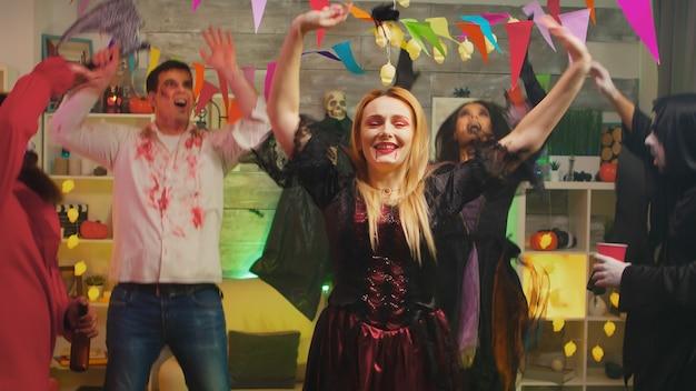 Belle femme repear célébrant halloween avec des monstres effrayants.