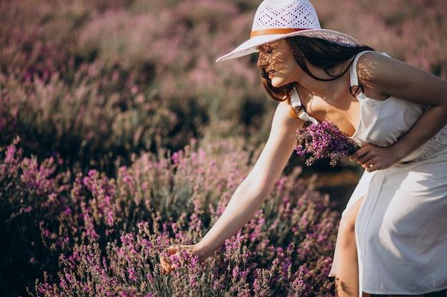Belle femme en robe blanche dans un champ de lavande