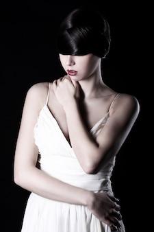 Belle femme en robe blanche