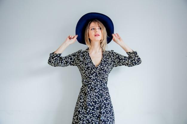Belle femme en robe et chapeau à la mode