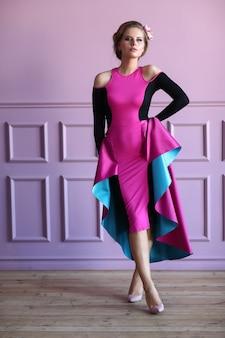 Belle femme en robe colorée