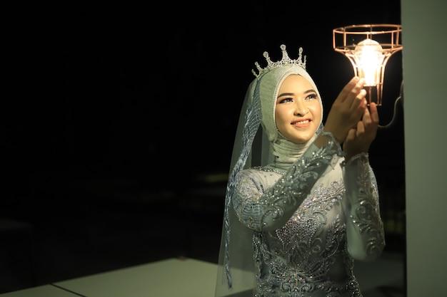 Belle femme en robe grise kebaya
