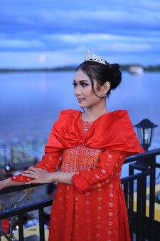 Belle Femme En Robe Kebaya Rouge Photo Premium
