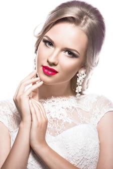 Belle femme en robe de mariée, image de la mariée. beau visage.