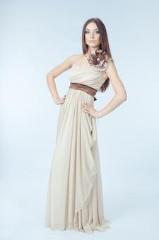 Belle femme avec une robe moderne