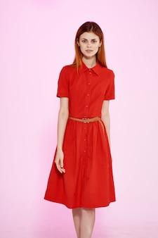 Belle femme en robe rouge fashion style élégant fond isolé. photo de haute qualité