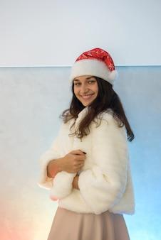 Belle femme en robe de soirée élégante et manteau de fourrure va célébrer le nouvel an