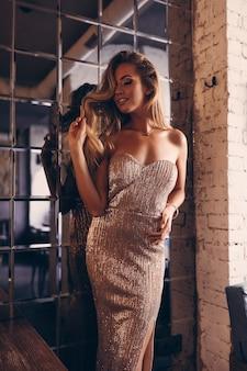 Belle femme en robe de soirée, marchant dans la rue, mode, beauté, maquillage, robe de soirée, fille souriante, modèle posant, vêtements de luxe, accessoires, blonde, volume de cheveux, rouge à lèvres, yeux, parfait