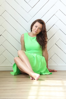 Belle femme avec une robe verte