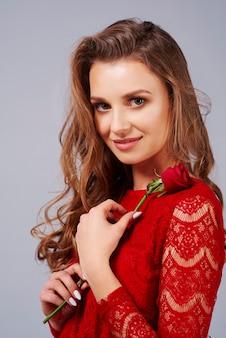 Belle femme avec rose rouge