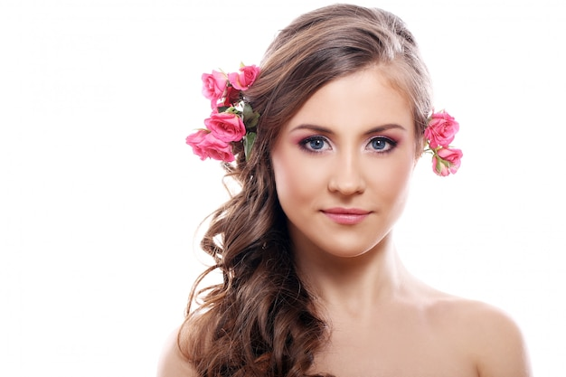 Belle femme avec des roses dans les cheveux