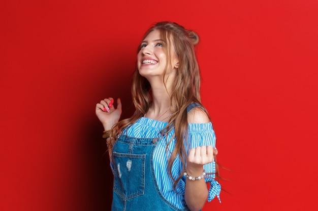Belle femme sur rouge