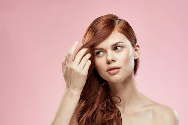 Belle femme rousse aux cheveux bouclés. soin capillaire, sain et brillant, sans pointes fourchues