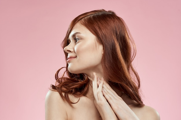 Belle femme rousse aux cheveux bouclés. soin des cheveux, sain et brillant, sans pointes fourchues