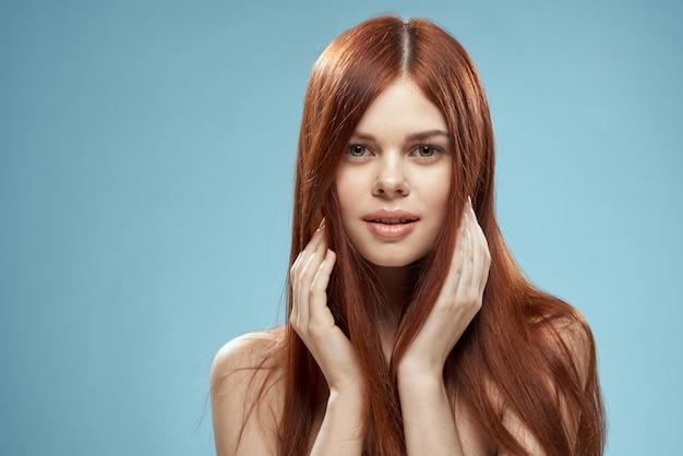Belle femme rousse aux cheveux raides. des soins capillaires sains et brillants