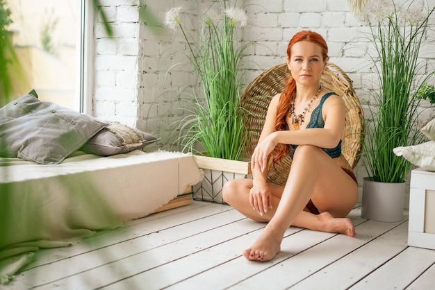 Belle femme rousse en lingerie posant