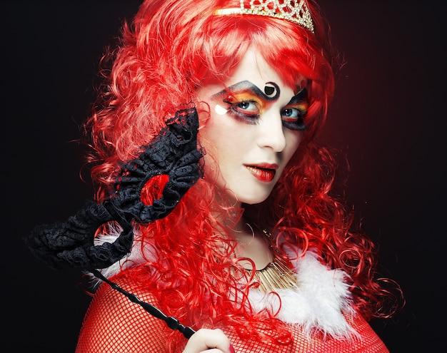Belle femme rousse avec masque. visage de carnaval.