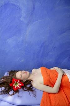 Belle femme rousse en planche de massage bleu