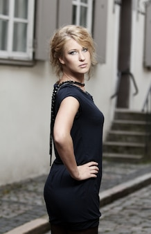 Belle femme sur la rue de la vieille ville