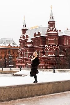Belle femme russe dans un manteau de vison sur la place rouge à moscou