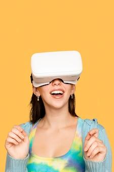 Belle femme s'amusant avec un appareil numérique pour casque vr