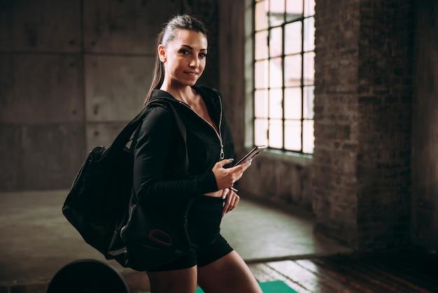 Belle femme s'entraînant et faisant un entraînement fonctionnel dans la salle de sport