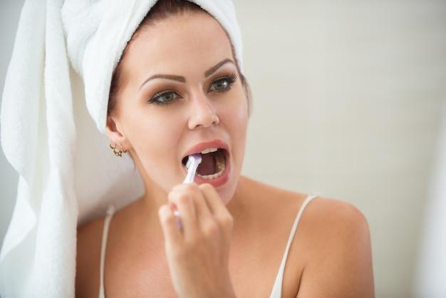 Belle femme se brosser les dents au matin