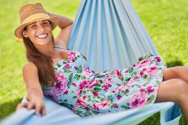 Belle femme se détendre dans un hamac