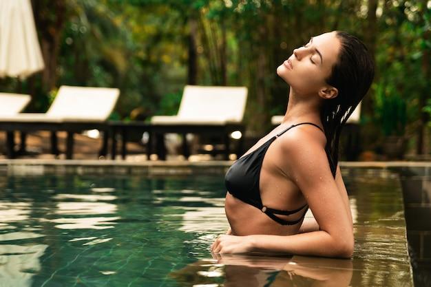 Belle femme se détendre dans la piscine