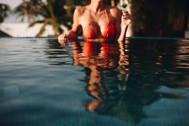 Belle femme se détendre dans une piscine