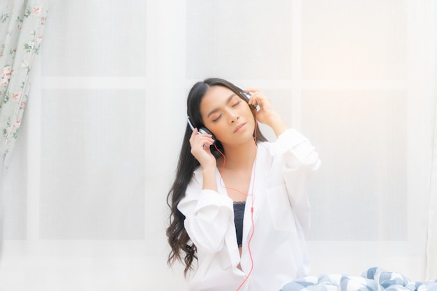 Belle femme se détendre en écoutant de la musique.