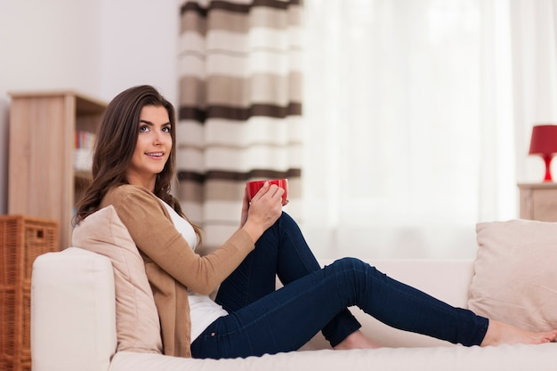 Belle femme se détendre avec une tasse de café