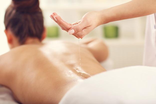 Belle femme se faisant masser au spa