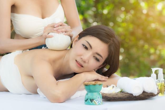 Belle femme se massage spa.