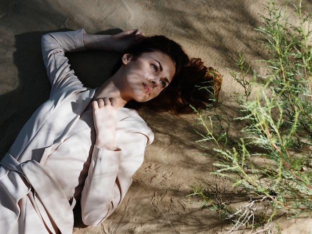Belle femme se reposant dans le style de vie d'été d'air frais. photo de haute qualité