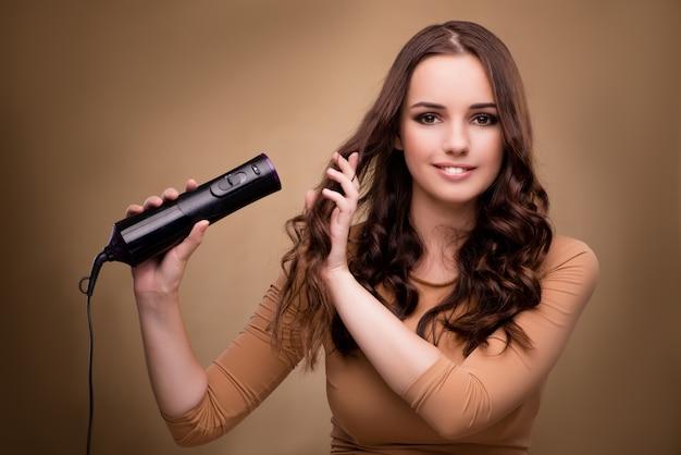 Belle femme avec sèche cheveux