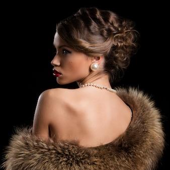 Belle femme séduisante portant de la fourrure