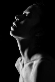 Belle femme seins nus en asie sur monochrome noir
