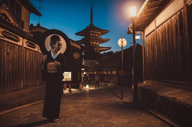 Belle femme senior japonaise marchant dans le village. style de vie traditionnel japonais typique