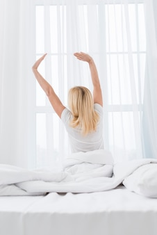 Belle femme senior se réveiller le matin