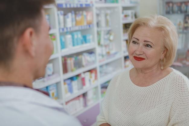 Belle femme senior shopping à la pharmacie
