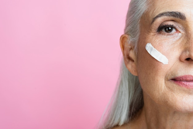 Belle femme senior avec un traitement de peau