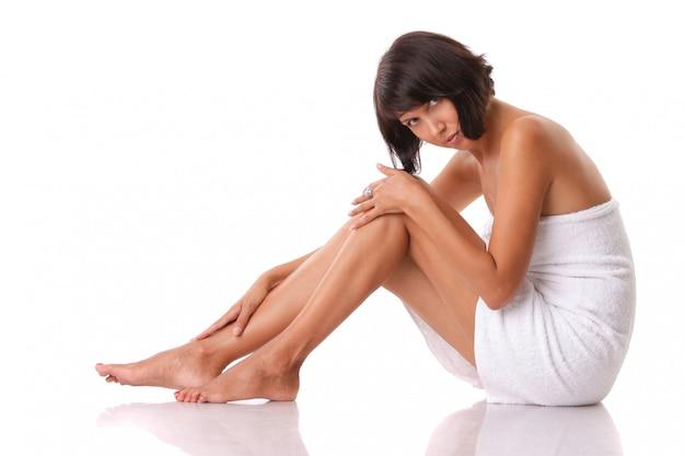 Belle femme avec une serviette après le bain